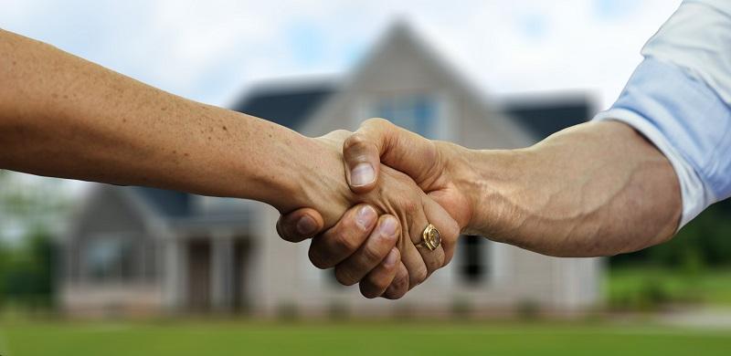 zaciśnięte dłonie w uściski umowa gwarancja